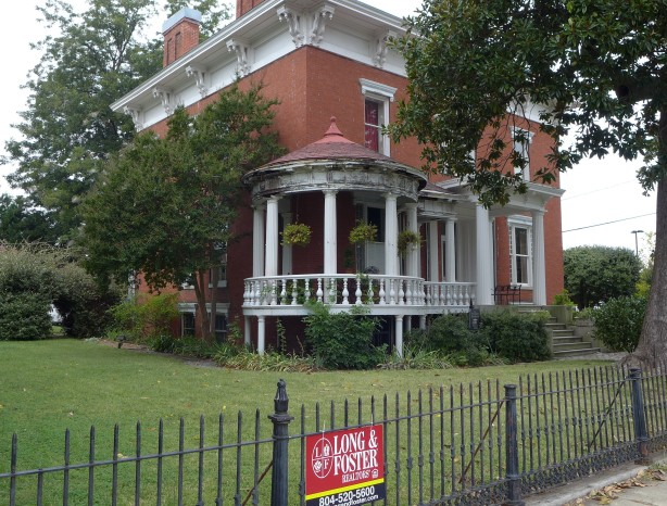 Real estate ad online claims that Lee and Grant smoked cigars together on this porch.